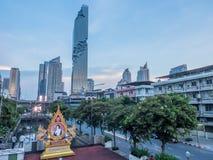 Edificio di Mahanakhon sotto il cielo di sera a Bangkok Fotografie Stock