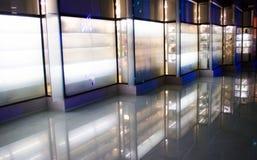 Edificio di Nodern con le luci ed acqua immagine stock