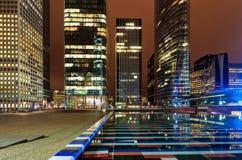 Edificio di Parigi di notte; gli uffici hanno acceso gli impiegati Immagine Stock