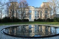 Edificio di Reichstag, Berlino, la Germania ed il giardino del memoriale degli zingari Immagini Stock Libere da Diritti