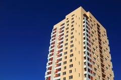 Edificio di Residental contro il cielo blu scuro Fotografie Stock