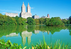 Edificio di San Remo riflesso nello stagno del Central Park fotografia stock
