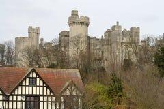 Edificio di Tudor e castello di Arundel fotografia stock libera da diritti