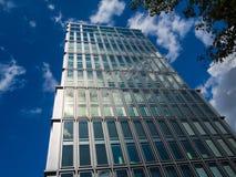 Edificio dinámico del negocio en Francfort, Alemania imágenes de archivo libres de regalías