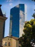 Edificio dinámico del negocio en Francfort, Alemania fotografía de archivo libre de regalías