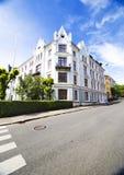Edificio e cielo blu di Oslo Fotografia Stock