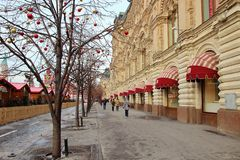 Edificio e passanti di Ghum che camminano intorno alla città, Fotografia Stock