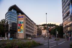Edificio e via di Charlottenplatz della città di Stuttgart al tramonto Fotografia Stock