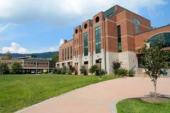 Edificio educativo/de oficinas moderno en campus imágenes de archivo libres de regalías