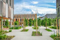 Edificio educativo/de oficinas moderno en campus foto de archivo