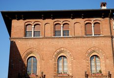 Edificio elegante con un lado del cielo y del sol iluminados por el sol de la mañana en Lodi céntrico en Lombardía (Italia foto de archivo libre de regalías
