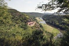 Edificio empleado la montaña por el río Foto de archivo libre de regalías