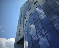 Edificio en cielo azul Imagen de archivo libre de regalías