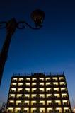 Edificio en cielo oscuro Foto de archivo libre de regalías