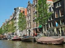 Edificio en el banco del canal en Amsterdam Foto de archivo libre de regalías