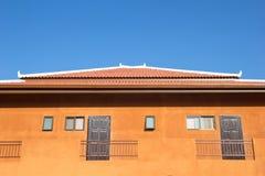 Edificio en el cielo azul. Fotos de archivo libres de regalías