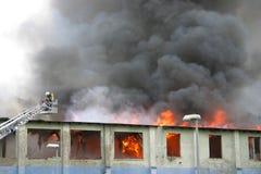 Edificio en el fuego foto de archivo libre de regalías