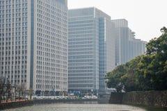 Edificio en el lado de la área comercial del chanel en el día nublado Tokio Imagen de archivo
