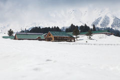 Edificio en el medio de las montañas de Himalaya imagen de archivo libre de regalías