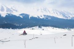 Edificio en el medio de las montañas de Himalaya foto de archivo libre de regalías