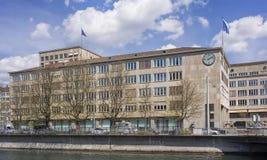 Edificio en el muelle de Neumuhlequai adornado con las banderas de Zurich Fotografía de archivo libre de regalías