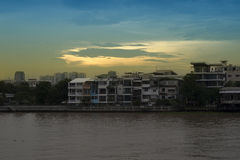 Edificio en el río Chao Phraya en Bangkok Foto de archivo