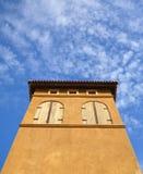 Edificio en estilo italiano y cielo Foto de archivo libre de regalías