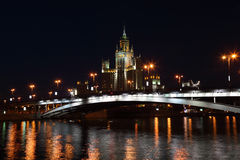 Edificio en Kotelnicheskaya Quay y puente fotos de archivo libres de regalías