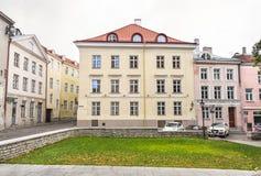 Edificio en la ciudad vieja de Tallinn, Estonia Imagen de archivo libre de regalías