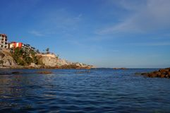 Edificio en la escala con vista al mar Imagen de archivo libre de regalías