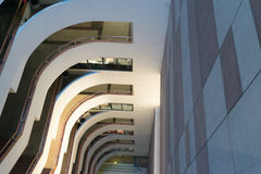 Edificio en la mirada del edificio abajo Fotografía de archivo libre de regalías