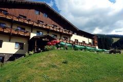 Edificio en la montaña Foto de archivo libre de regalías