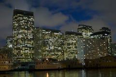 Edificio en la noche imagen de archivo