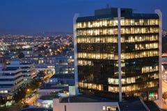 Edificio en la noche imágenes de archivo libres de regalías