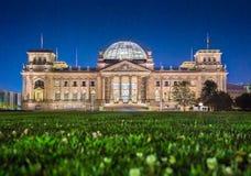 Edificio en la noche, Berlín, Alemania de Reichstag fotos de archivo