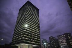 Edificio en la noche, Rio de Janeiro, el Brasil de BNDES fotos de archivo libres de regalías