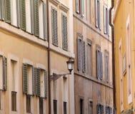 Edificio en Roma, detalles de la fachada vieja, de la pared con las ventanas y de obturadores de madera Fotografía de archivo libre de regalías