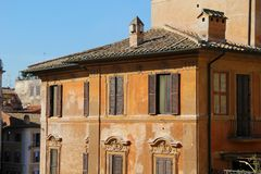 Edificio en Roma, detalles de la fachada vieja, de la pared con las ventanas y de obturadores de madera Imagen de archivo libre de regalías
