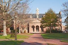 Edificio en un campus de la universidad Foto de archivo libre de regalías