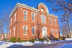 Edificio en un campus de la universidad en invierno Foto de archivo libre de regalías