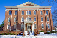 Edificio en un campus de la universidad en invierno Imágenes de archivo libres de regalías