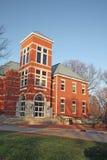 Edificio en un campus de la universidad en la vertical de Indiana Imagen de archivo