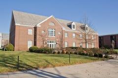 Edificio en un campus universitario Foto de archivo libre de regalías