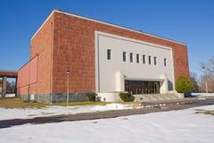 Edificio en un campus universitario en invierno Fotos de archivo