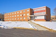 Edificio en un campus universitario en invierno Foto de archivo libre de regalías