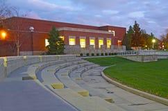 Edificio en un campus universitario en la noche Fotografía de archivo libre de regalías
