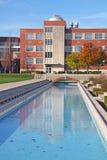 Edificio en una vertical del campus universitario Fotos de archivo