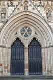 Edificio exterior de la iglesia de monasterio de York, la catedral histórica construida en el estilo gótico inglés situado en la  fotos de archivo libres de regalías