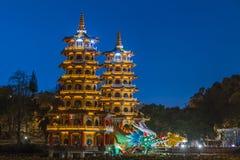 Edificio famoso del dragón y de Tiger Pagodas en Taiwán meridional en la noche, Gaoxiong, Taiwán imágenes de archivo libres de regalías