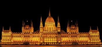 Edificio famoso del parlamento en la noche. Fotografía de archivo